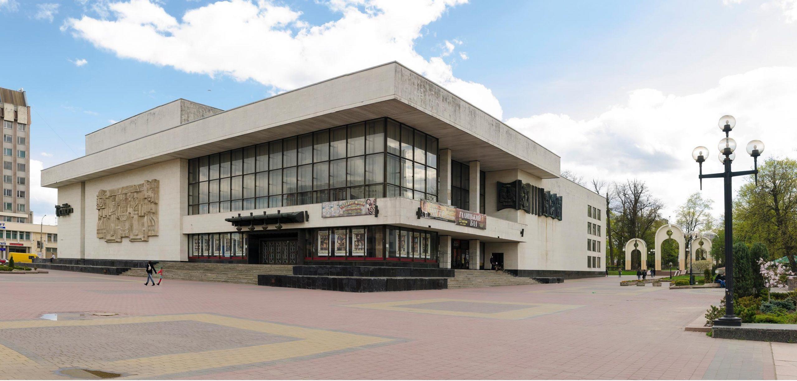 В Івано-Франківському драмтеатрі влаштували публічну вакцинацію. Відео